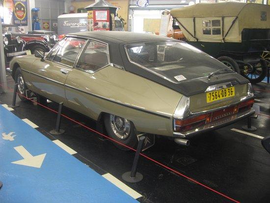 Valencay, Francja: Citroën SM de 1971avec toit vinyl et autres accessoires d'époque