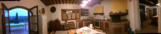 Montespertoli, Italia: Kitchen (pano)