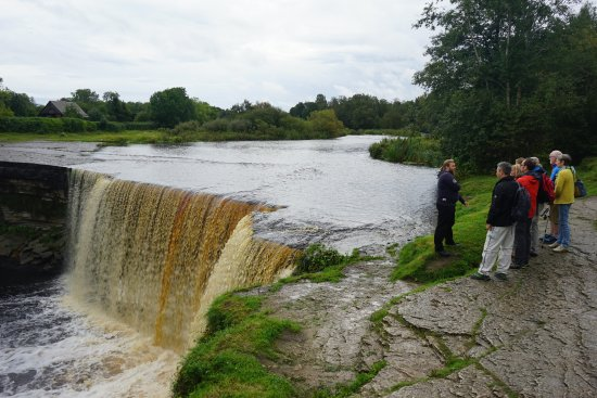 Harju County, Estonie : Here is our tour guide Eric telling us about the falls
