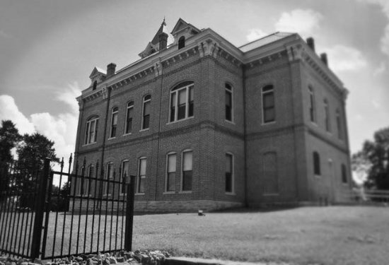 Powhatan, AR: Side view of the historical courthouse.