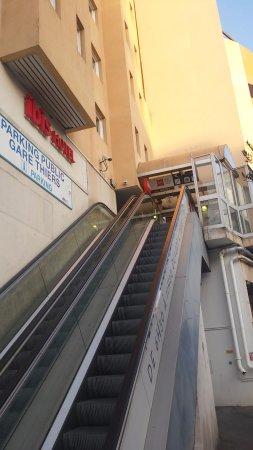 Ibis Nice Centre Gare : Emopinadisima y alta escalera, mas con varias maletas y bolsos que hacen perder estabilidad