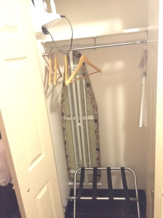 La Quinta Inn & Suites North Platte: Closet with ironing board and iron
