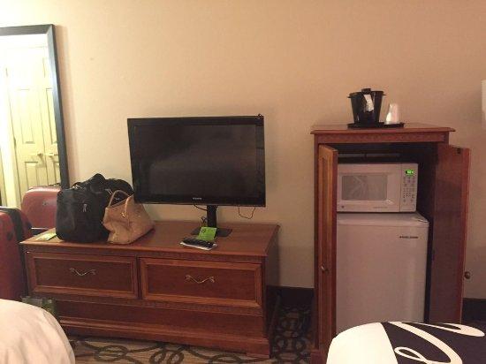 La Quinta Inn & Suites North Platte: Fridge, microwave, and TV