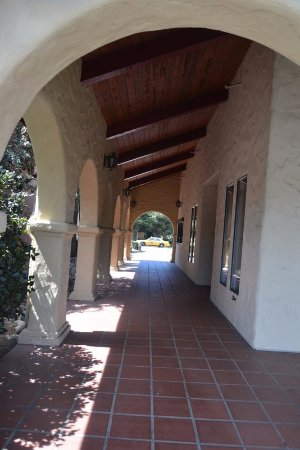 Half Moon Bay Lodge: View of corridor linking rooms.