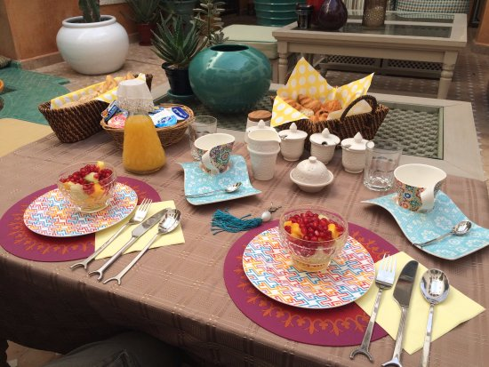 Riad Aguerzame: Amazing breakfast waiting for us (croissants, fresh fruits, fresh OJ)
