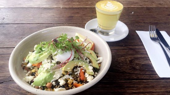 Essendon, ออสเตรเลีย: Tumeric latte, grain salad