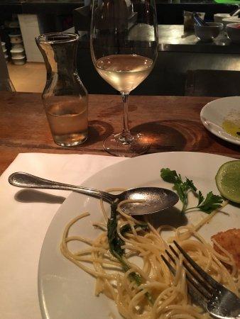 Excelente comida, exquisita milanesa de pollo, con el maridaje perfecto un buen sauvignon Blanc