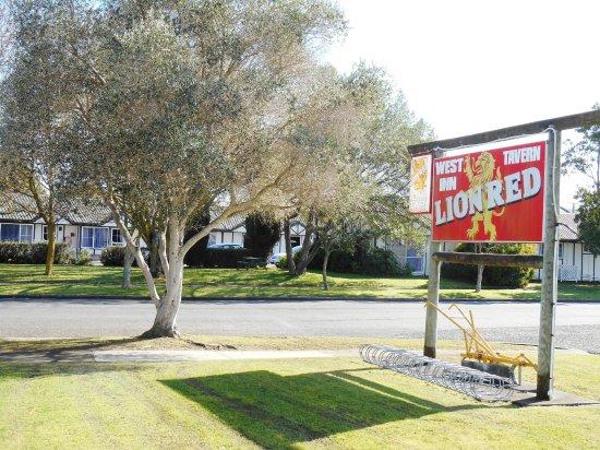 Tudor Park Motel : 30 metres from West Inn Pub