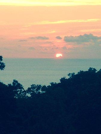 El Remanso Lodge: Amazing sunsets every night.