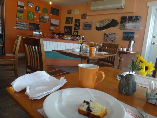 Water's Edge Inn: Breakfast amongst the art. The food was good and the people were friendly!