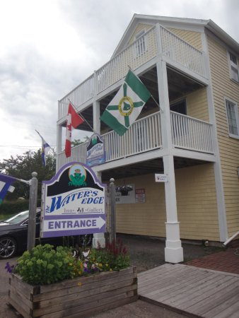 Water's Edge Inn: Not a beautiful building, but great location and comfortable