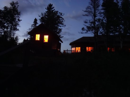Tuckamore Lodge: Noght view (from the pond) of the sauna (left) and lodge (right)