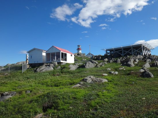 Quirpon Island, Canadá: Whale watching station (with the windows) and heliport, with the lighthouse (background).