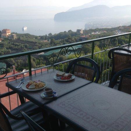 Il Nido Hotel Sorrento: ארוחת בוקר עם נוף מפרץ נפולי