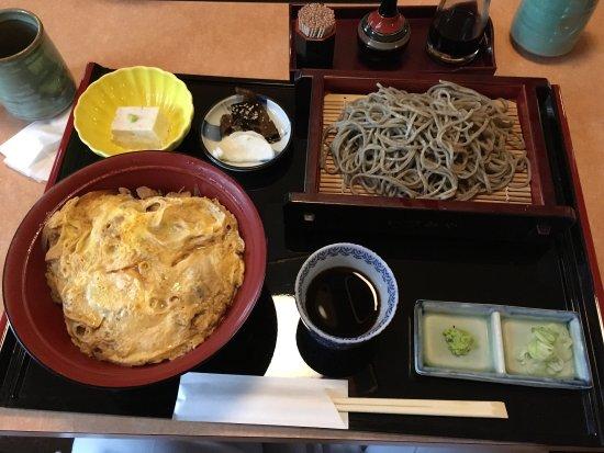 Izumi, Japan: 炭火焼黒とり親子丼蕎麦膳