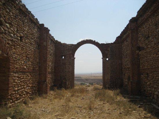 Belchite : Ruinas del fuerte frente al pueblo viejo