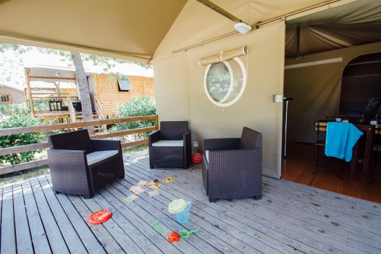 Camping Les Pins: Terrasse Sunlodge