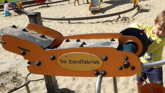Bennebroek, Holandia: Nice toys like this little sandfactory with a belt where they can transport the sand