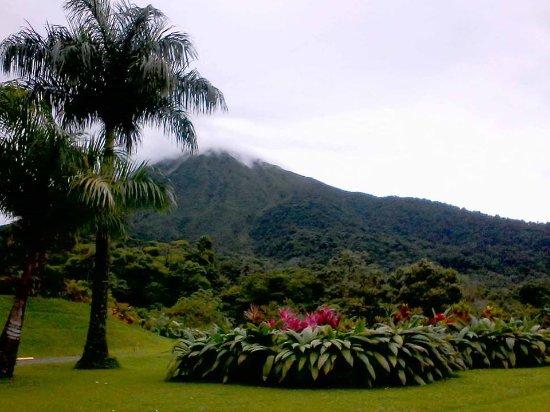 Hotel Lomas del Volcan: Los jardines con vistas al volcán. Esta era la magnífica vista que teníamos desde nuestra mesa