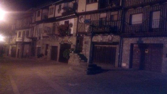 Hotel Spa Villa de Mogarraz: pueblo maravilloso, curioso las fotos en las fachadas