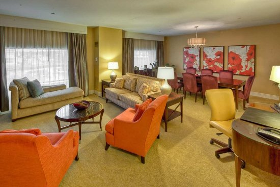 Hilton Lexington Downtown: Presidential Suite Living Area