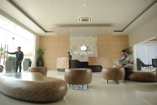 Watergate Hotel: Spacious and Modern Lobby Setting