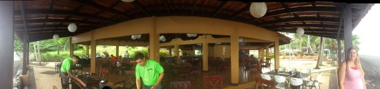 Terraza del Pacifico: Panorama view of the open area dining right beside the beach.