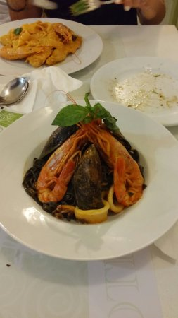 Batsi, Grécia: Μαυρες ταλιατελες.παπαρδελες γαριδα/κοτουλο/παυλοβα....ΟΤΙ ΚΑΛΟ...