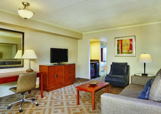 DoubleTree Suites by Hilton Hotel Philadelphia West: Suite seating area wide