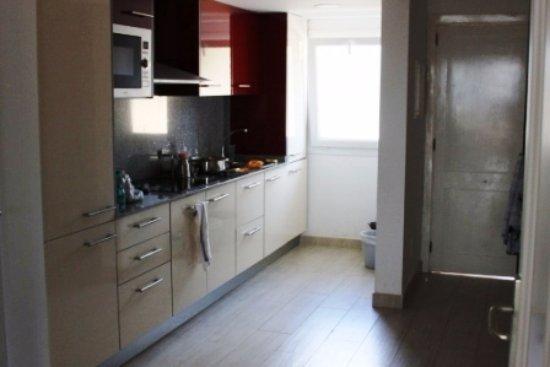 unsere Küche (inkl. Waschmaschine) - Bild von Aparthotel Ona ...