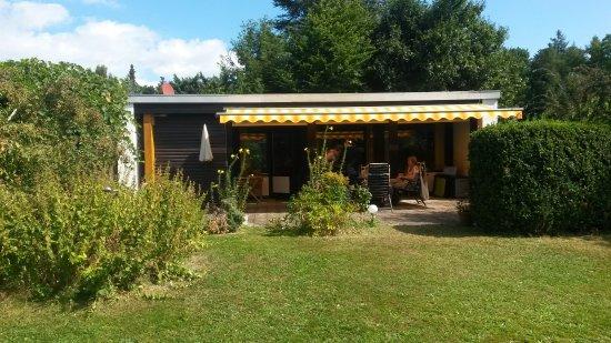 Ferienpark Schwarzwald: Ferienpark Schellbronn, Bungalow mit Terrasse und großem Garten