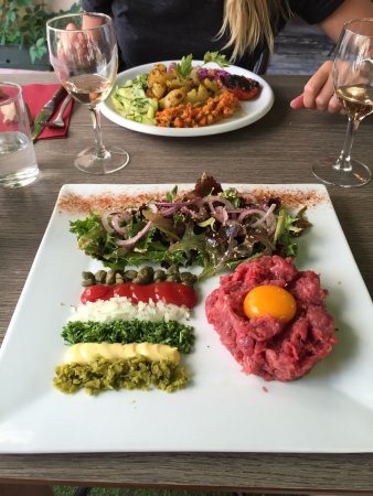 L'oie qui boit: Great steak tartare, great vegetarian plate, great whine (off course) and great coffee. So, grea