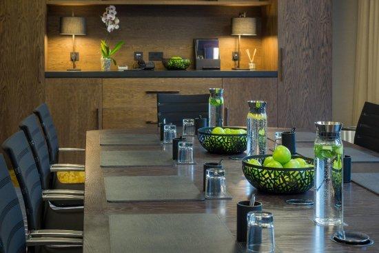 Hilton London Canary Wharf: Executive Boardroom Decor