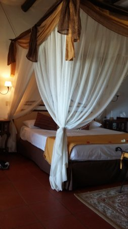 Karafuu Beach Resort and Spa: Zimmer im Bungalow am Strand