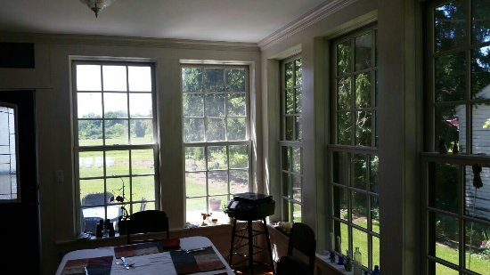 Panama, estado de Nueva York: These photos don't do the property justice, but the sun room off the kitchen is perfect for watc