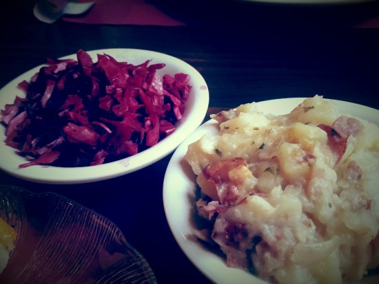 Reinholds, เพนซิลเวเนีย: Sweet-n-sour cabbage with German potato salad