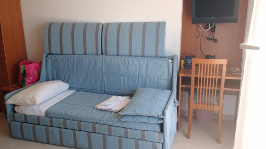 Hotel Noris: Divano/letto della stanza tripla, di fronte al letto matrimoniale
