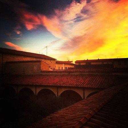 Chiesa di San Francesco : L'alba, tra i tetti del chiostro rinascimentale..