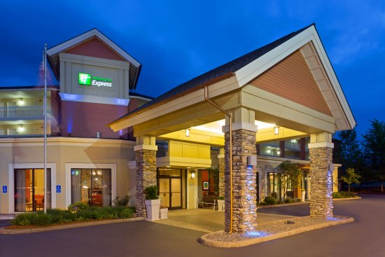 Roseburg, OR: A view of our hotel in the evening exterior