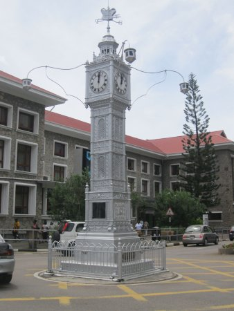 Clock Tower: Lorloz il cui originale è in realtà davanti alla stazione ferroviaria Victoria a Londra