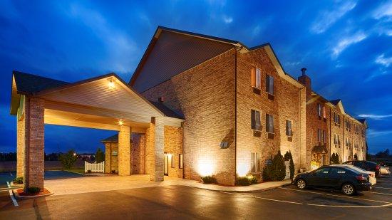 Howe, IN: Hotel Exterior