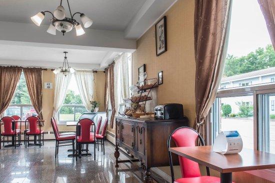 Econo Lodge Pembroke : Breakfast Area