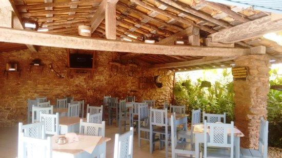 Hotel Estalagem: Salão café com objetos historicos