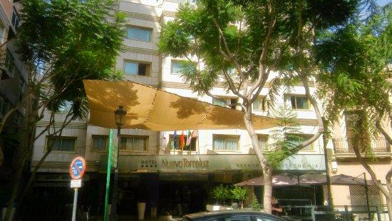 Hotel Torreluz Centro : plaza Flores y fachada del hotel