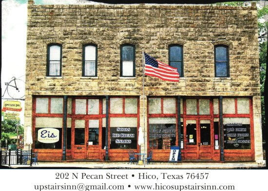 Hico, Teksas: Left side is Sandwich adn ice cream shop. Right side is wine shop and upstairs is 3 room hotel