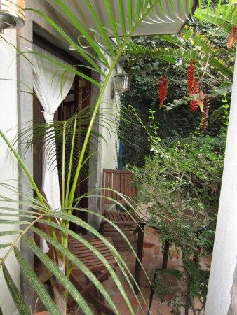 Posada Casa Sol: Pequeño porche frente a la habitación. Una delicia!