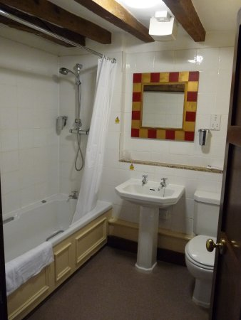 Tutbury, UK: The modernized bathroom but with no hot water in the hand basin