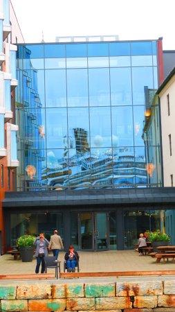 Quality Hotel Waterfront Alesund: un bâteau se mirvoite dans l'immeuble