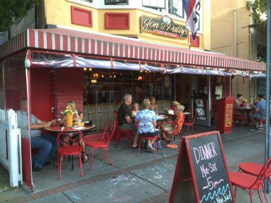 Jon & Patty's Coffee Bar & Bistro: Eating outside Jon & Patti's Coffee Bar & Bistro.