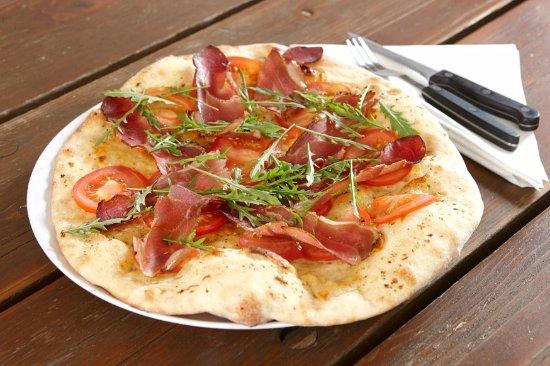 Kärnten, Österreich: Dinkelpizza mit Luftgeselchtem Gurktaler Speck